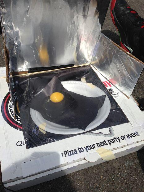 värma pizza i kartong i ugn